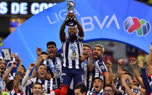 Monterrey vence en penales a América y es campeón del Apertura 2019 - Dorlan Pabón, el capitán, levanta el trofeo y Rayados de Monterrey es el Campeón del Apertura 2019. Foto de Mexsport.–