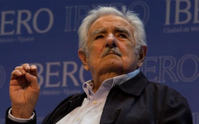"""Mujica: """"Triunfar en la vida no es ganar, es levantarse y volver a empezar"""" - El expresidente de Uruguay, José Mujica, recibió el Doctorado Honoris Causa en la Universidad Iberoamericana, campus Ciudad de México. Antes ofreció una conferencia de prensa en el Aula Magna San Ignacio de Loyola. Foto de Notimex"""