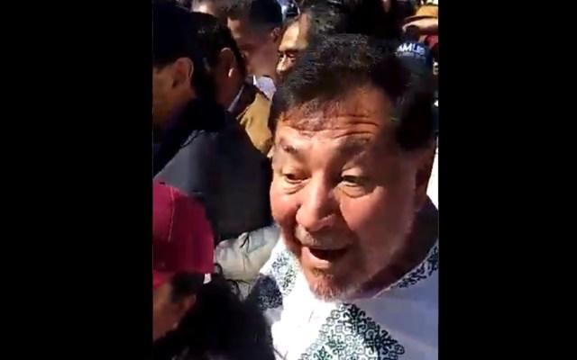 #Video Noroña y el padre Solalinde ingresan entre empujones al Zócalo - Noroña intenta ingresar al Zócalo. Captura de pantalla / El Universal