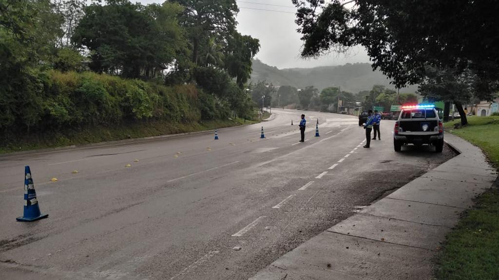 Al menos 13 muertos en Honduras durante Nochebuena y Navidad - Personal de la Dirección Nacional de Vialidad y Transporte de Honduras en carretera. Foto de @dnvt_honduras