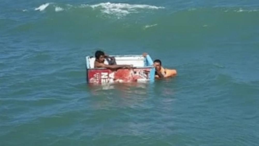 Rescatan en Tabasco a pescadores que naufragaban en nevera - Foto de Semar