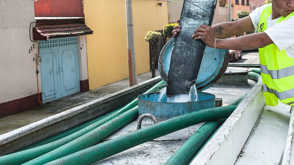 Anuncian nuevo corte de agua en la Ciudad de México - Pipa de agua. Foto de Forbes