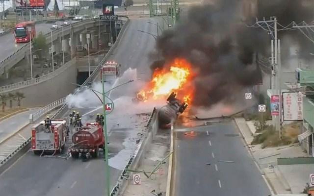 Pipa con combustible vuelca y se incendia en la México-Pachuca - Pipa vuelca y se incendia en la México-Pachuca