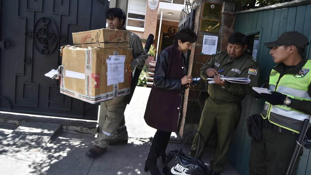 México pide a Bolivia diálogo directo y evitar 'hostigamiento' - Policía Bolivia embajada de México