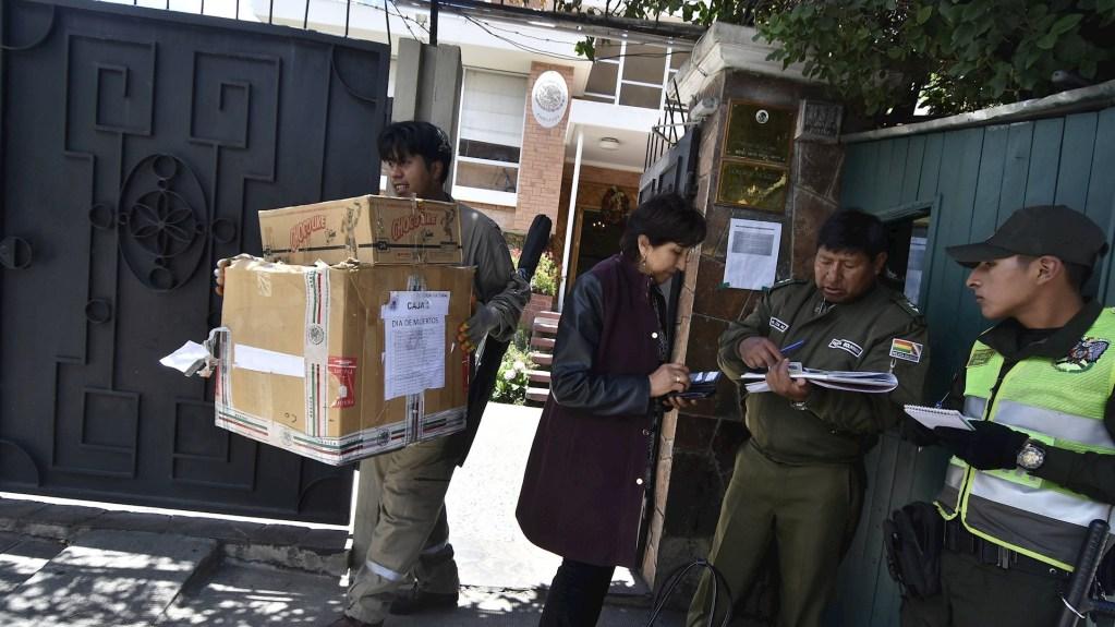 Confirma SRE cambio de sede de Embajada de México en Bolivia - Fotografía que muestra a miembros de la Policía Boliviana en el acceso de la Embajada de México. Foto de EFE/Stringer.
