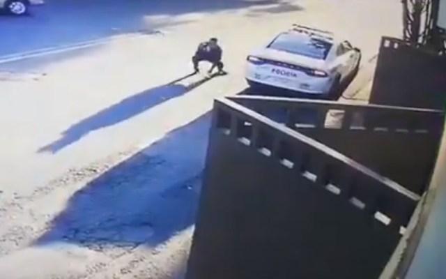 #Video Policía repele agresión de ladrones de casas en Ciudad de México - Policía de la SSC-CDMX enfrenta a ladrones de casa. Captura de pantalla
