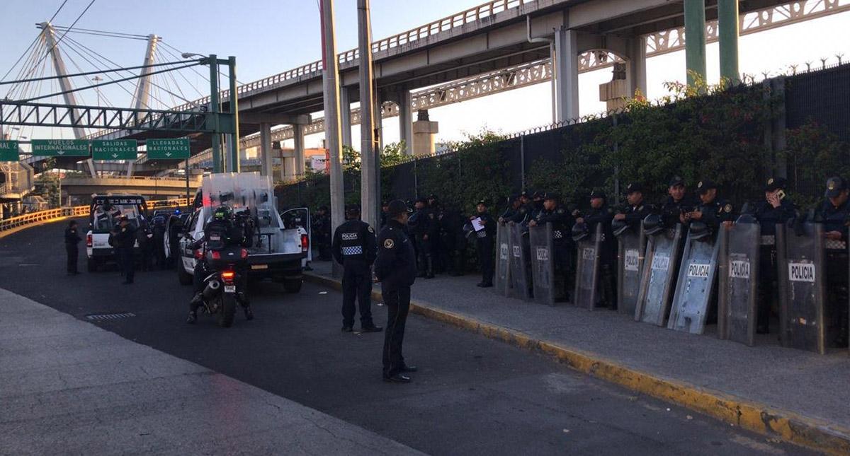 Policías en inmediaciones del AICM. Foto de Noticieros Televisa