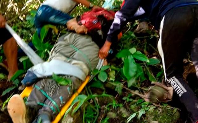 Accidente de transporte público en carretera de Bolivia deja cinco muertos - Rescate de víctimas de accidente carretero en Bolivia Foto de Ronquiman Quispe