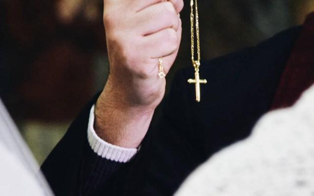 Joven mata a sacerdote que presuntamente abusó de él y de su padre - Sacerdote padre Iglesia