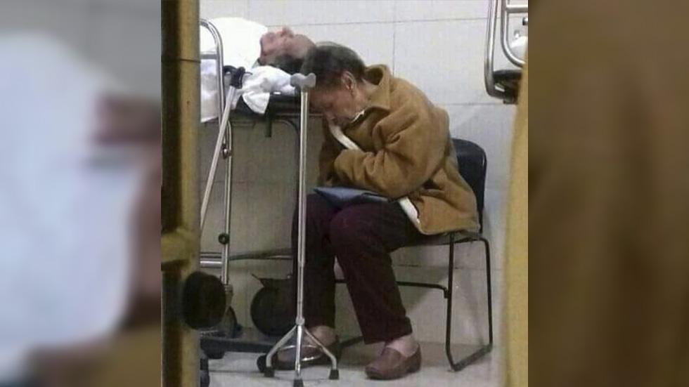"""""""No te voy a dejar solo"""", asegura mujer a su esposo hospitalizado - Señora María Luisa y don Genaro. Foto de Facebook"""