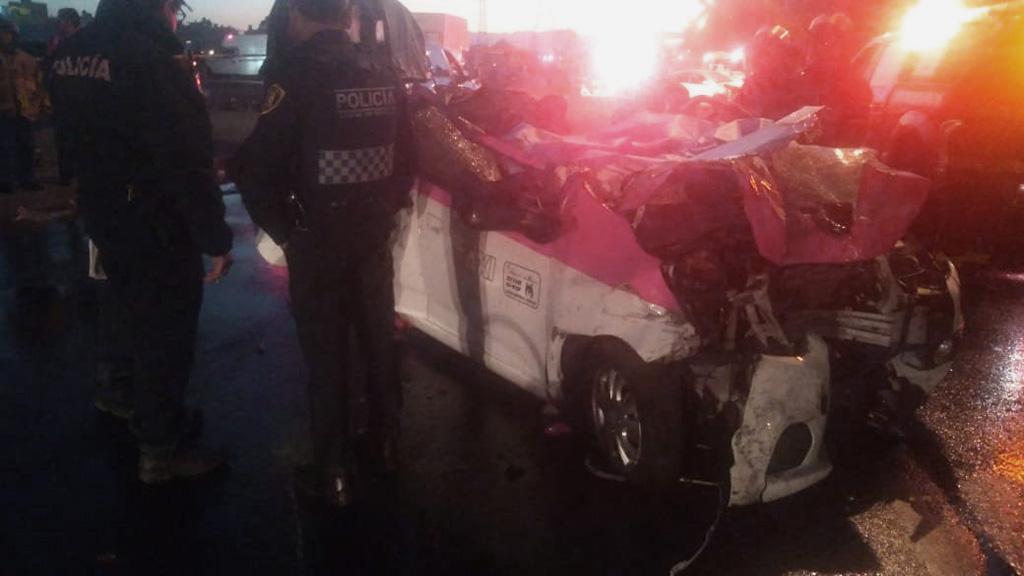 Taxi cuyos ocupantes murieron tras choque de auto particular. Foto Especial