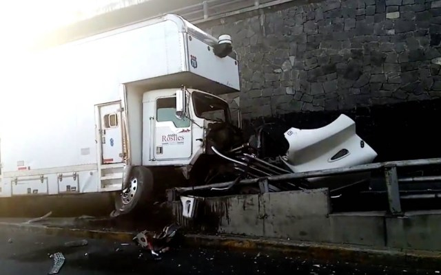 Accidente de tráiler provoca corte a la circulación en Periférico - Tráiler camión Periférico