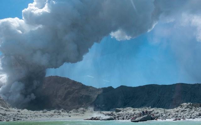 #Video Al menos cinco muertos por erupción de volcán Whakaari - Turistas esperan ser rescatados de isla neozelandesa cuyo volcán hizo erupción. Foto de @sch