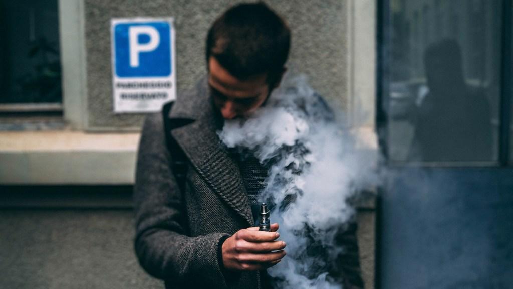Prohibir importación de cigarros electrónicos detonaría mercado negro - Uso de cigarros electrónicos. Foto de Ciprian Tudor / Unsplash
