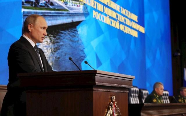 Putin dice que si no hay acuerdos Rusia desarrollará sus fuerzas nucleares - El presidente ruso Vladimir Putin se dirige a la audiencia en la reunión anual de la junta del Ministerio de Defensa ruso en el Centro de Control de Defensa Nacional en Moscú, Rusia. Foto de EFE / EPA / MICHAEL KLIMENTYEV / SPUTNIK / KREMLIN