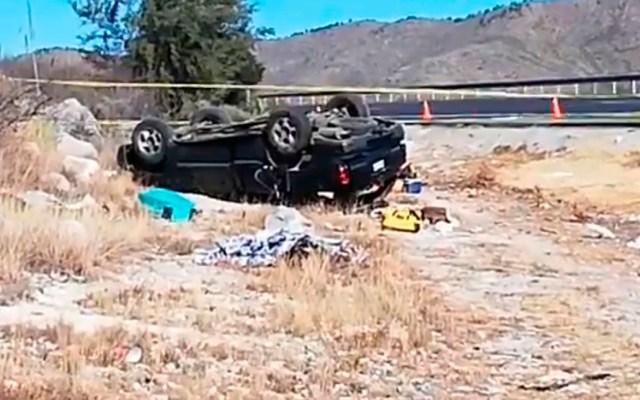 Volcadura sobre la Matehuala-Saltillo deja dos adultos y dos niños muertos - Volcadura de camioneta sobre la carretera Matehuala-Saltillo. Captura de pantalla / @miltonandree