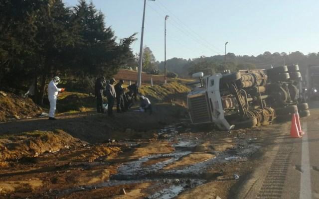 Pipa derrama químicos tras volcar en autopista Córdoba-Puebla - Pipa derrama químicos tras volcadura en autopista Córdoba-Puebla