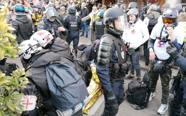 """Al menos 15 detenidos en manifestación de """"chalecos amarillos"""" en París - Al menos 15 detenidos en manifestación de chalecos amarillos en París"""