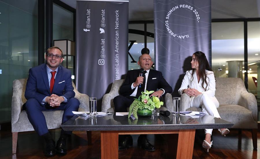 Fundación Ilan entrega premios Shimon Peres a innovadores en Ciudad de México - Roni Kaplan, CEO de la Fundacion ILAN (i), Isaac Assa (c), fundador de dicha organización, y Nirza Mazri (d), su directora, participan este jueves en una rueda de prensa previa a la entrega de los premios Shimon Peres, en Ciudad de México (México). Los premios Shimon Peres reconocen a los innovadores que a través de sus ideas promueven un impacto social positivo. EFE