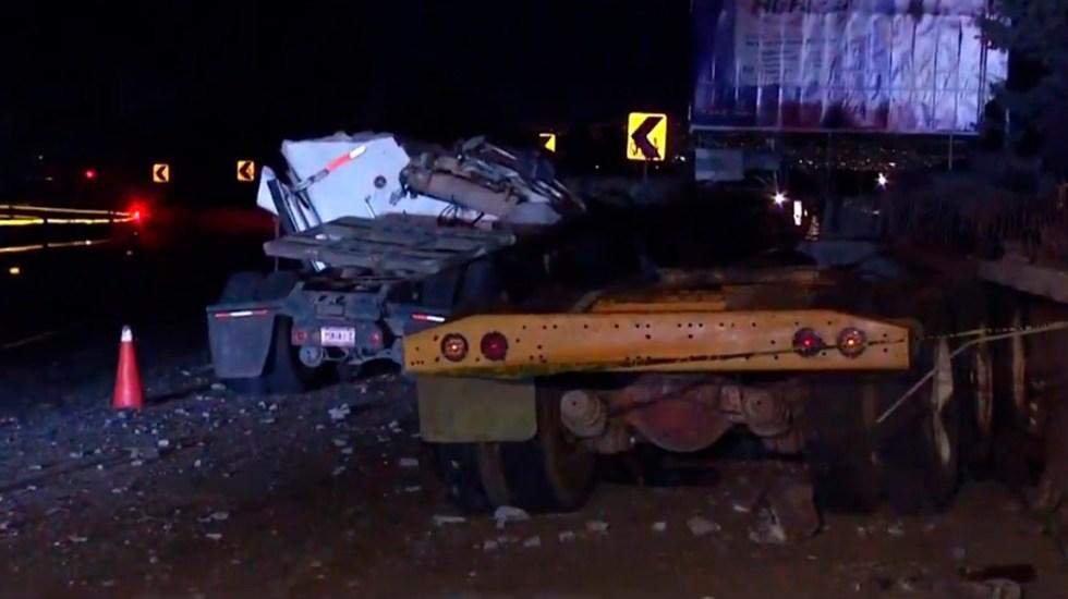 Accidente en la México-Cuernavaca deja dos hombres muertos - Accidente de tráiler sobre la autopista México-Cuernavaca. Captura de pantalla / Noticieros Televisa