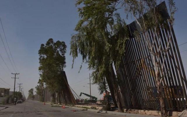 Rachas de viento tiran muro fronterizo en Mexicali - Al menos 30 metros del nuevo muro fronterizo se vieron afectados por el viento. Foto de La Voz de la Frontera