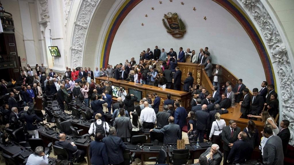 Guaidó dice que chavismo asesinó la República al elegir a jefe del Parlamento - Vista general de la sesión de la Asamblea Nacional este domingo, en Caracas (Venezuela). Foto de EFE/ Rayner Peña R.