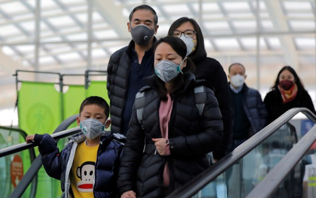 Confirman nuevo coronavirus en once países además de China - Asiáticos con cubrebocas por nuevo coronavirus. Foto de EFE