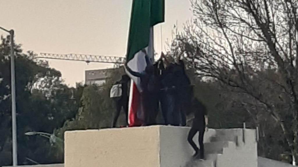 Estudiantes realizan pintas en Rectoría y vandalizan bandera de México - Asta bandera CU UNAM
