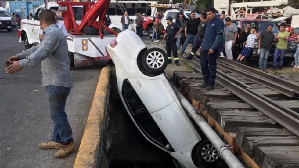 #Video Auto cae a canal de aguas negras en Naucalpan - Foto de @vialhermes