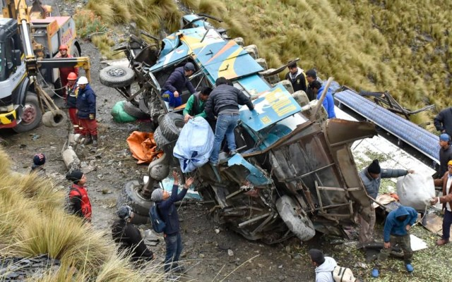 Accidente de autobús en Bolivia deja al menos 15 muertos - Autobús que cayó a barranco en La Paz. Foto de @daviddelapaz