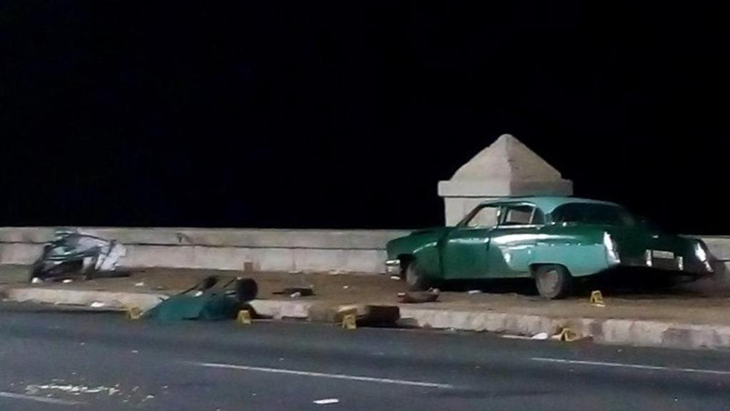 Tribunal de La Habana da 10 años de cárcel a conductor que mató a 5 personas - Automóvil que se subió al malecón de La Habana y atropelló a varias personas. Foto de ADN Cuba