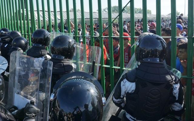 #Video Guardia Nacional cierra frontera de Chiapas a migrantes hondureños - Autoridades mexicanas cerraron el Puente Internacional de Cd. Hidalgo, Chiapas, a migrantes hondureños. Foto de EFE