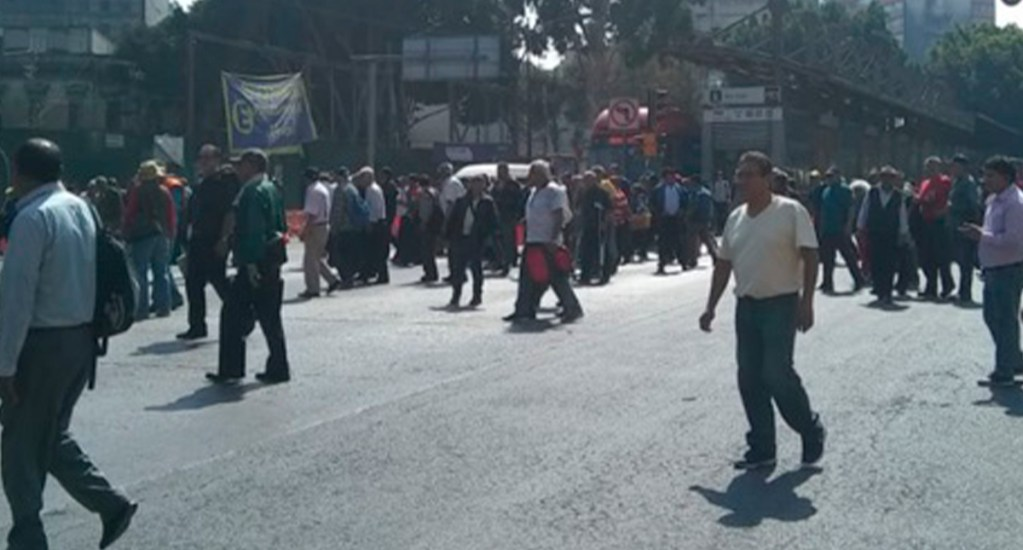 Reabren Avenida Insurgentes tras bloqueo de extrabajadores de la Ruta 100 - Bloqueo sobre Av Insurgentes de extrabajadores de la extinta Ruta 100. Foto de @OVIALCDMX