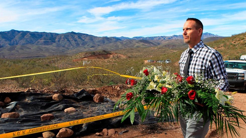 Comparecen miembros de 'La Línea' por caso LeBarón - Bryan, miembro de la familia Lebaron, acudió al lugar de la masacre en Bavispe, Sonora, a dejar flores. Foto de EFE