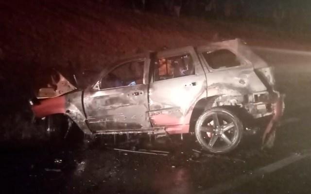 Familia muere en la autopista México-Tuxpan por exceso de velocidad - Camioneta incendiada en la autopista México-Tuxpan. Foto de @Avanhgo