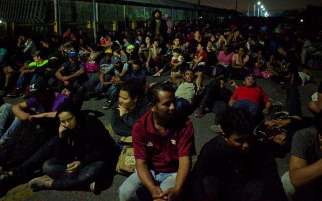 Caravana migrante llega a puente fronterizo; busca entrada pacífica por Chiapas - Migrantes aguardando esperando ingresar a México por Ciudad Hidalgo, Chiapas. Foto de @nandosilvacz