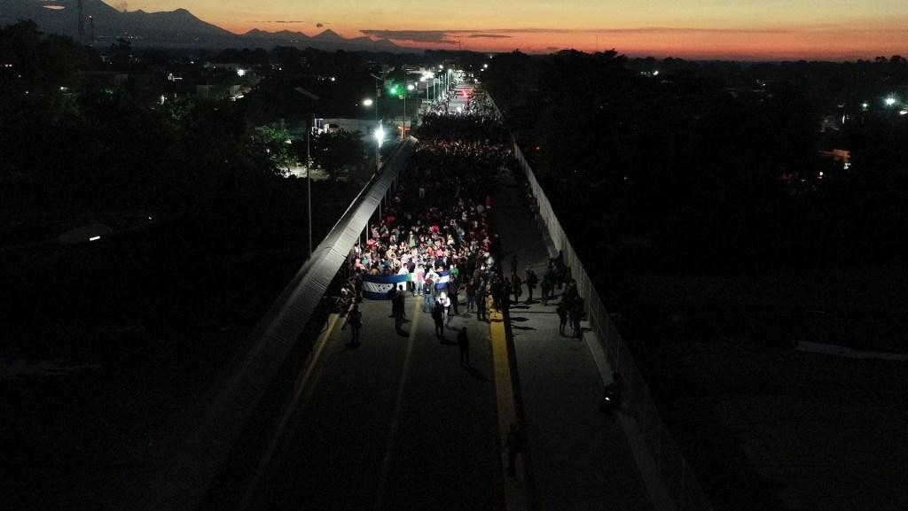 Mexicanos apoyan estrategia migratoria del gobierno, según Consulta Mitofsky - Fotografía del 20 de enero tomada desde un dron que muestra la llegada de migrantes hondureños a la frontera con México, este lunes, en Ciudad Hidalgo. Foto de EFE/ Ulises Andrade.