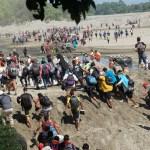Migrantes se enfrentan a elementos de la GN en Chiapas - Foto de EFE