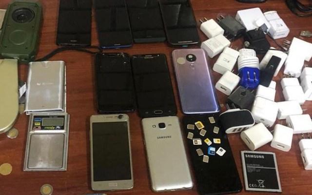 Decomisan en reclusorios de la CDMX casi dos mil celulares - Celulares, cargadores y chips decomisados en cárceles de la CDMX. Foto Especial / Milenio