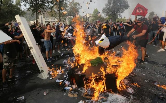 Duros choques entre manifestantes y agentes a tres meses de crisis en Chile - Foto de EFE