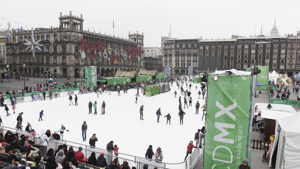 Cierra pista de hielo sintético del Zócalo con aforo de 250 mil personas - Cierra pista de hielo sintético del Zócalo