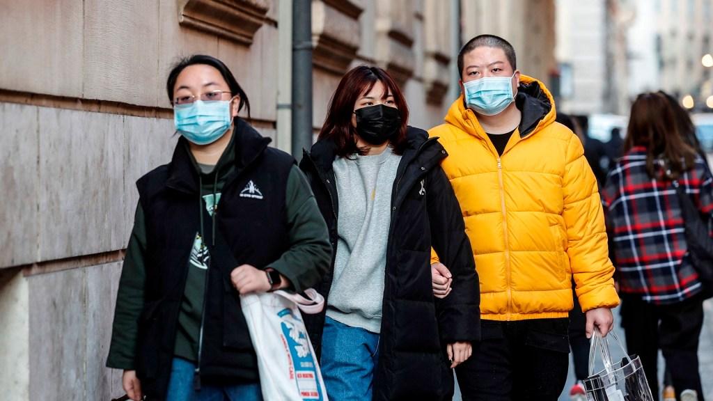 Coronavirus llega a Singapur, Hong Kong, Vietnam y Arabia Saudita - Ciudadanos asiáticos utilizan cubrebocas como medida preventiva contra el coronavirus. Foto de EFE