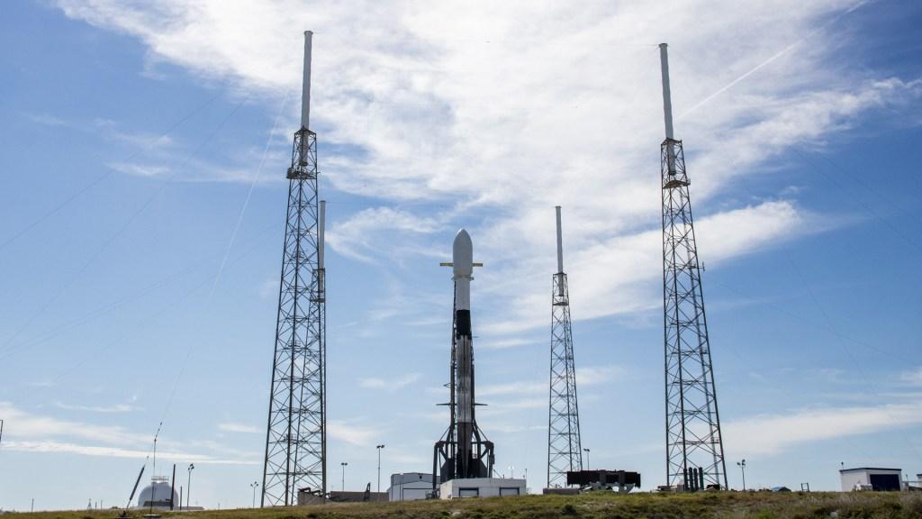 SpaceX posterga envío de satélites Starlink al espacio - Cohete que llevará 60 satélites Starlink al espacio. Foto de @SpaceX