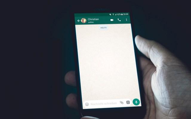 Los celulares en los que WhatsApp dejará de funcionar este 1 de febrero - Conversación en WhatsApp. Foto de Christian Wiediger / Unsplash