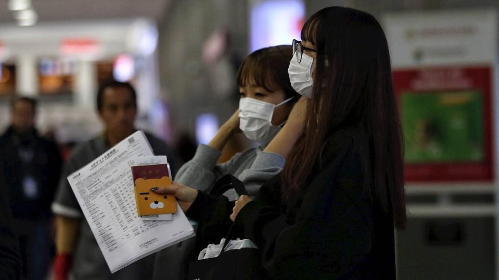 México implementa medidas para evitar propagación de coronavirus, indica Salud - Un grupo de personas usa cubreboca durante su arribo al Aeropuerto Internacional de Ciudad de México. Foto de EFE/Sáshenka Gutiérrez