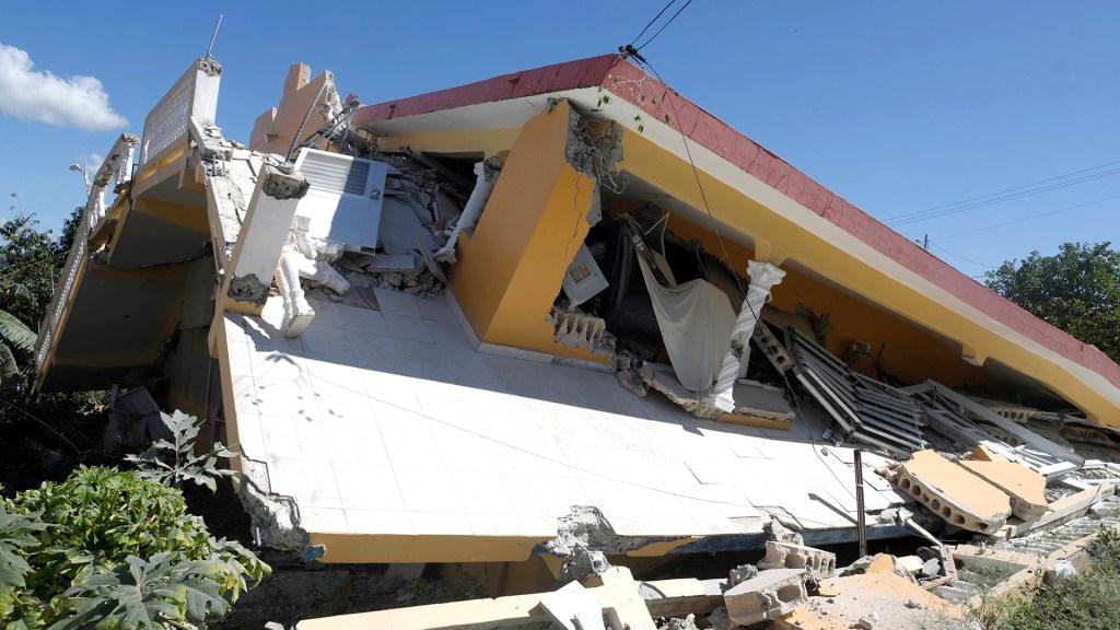 Fonsi, Daddy Yankee y Marc Anthony dan aliento a Puerto Rico tras sismo - Decenas de casas colapsaron en Puerto Rico por un sismo de magnitud 6.4. Foto de EFE
