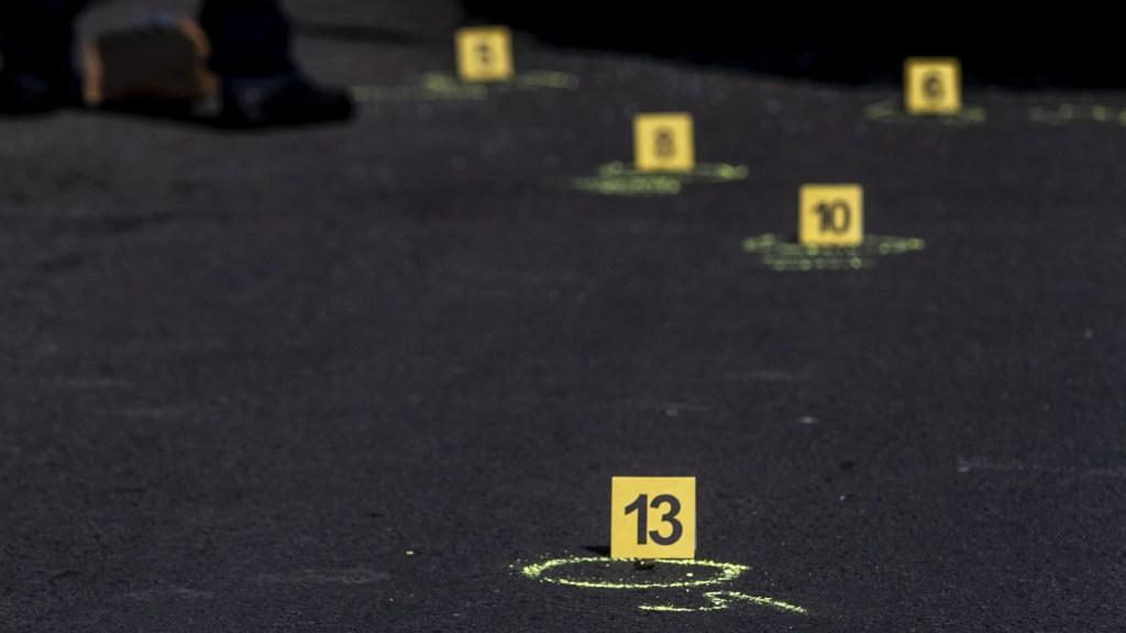 #Video Se enfrentan policías y civiles armados en Celaya; menor de edad murió por bala perdida - Casquillos percutidos. Foto de Notimex
