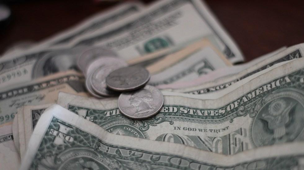 Biden recortará impuestos a 50 millones de familias de clase media - Dólares y monedas estadounidenses. Foto de Mathieu Turle