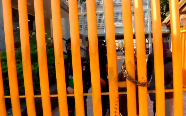Continúa toma de la Prepa 9 de la UNAM - Encapuchados en la Prepa 9. Captura de pantalla / Noticieros Televisa