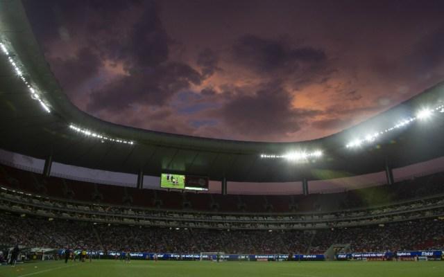 Vetan del estadio de Chivas a dos aficionadas por aventar cerveza - Foto de Mexsport